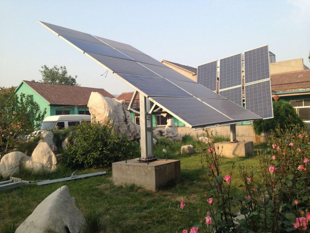 Solar tracking bracket